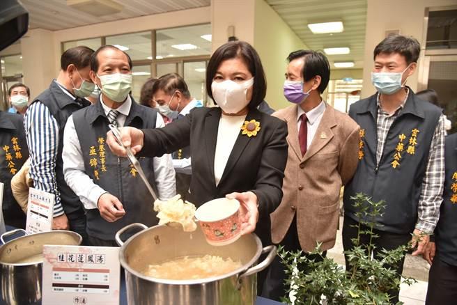 雲林縣長張麗善(右三)鼓勵民眾食安搭配藥膳,一起養生抗疫。(張朝欣攝)