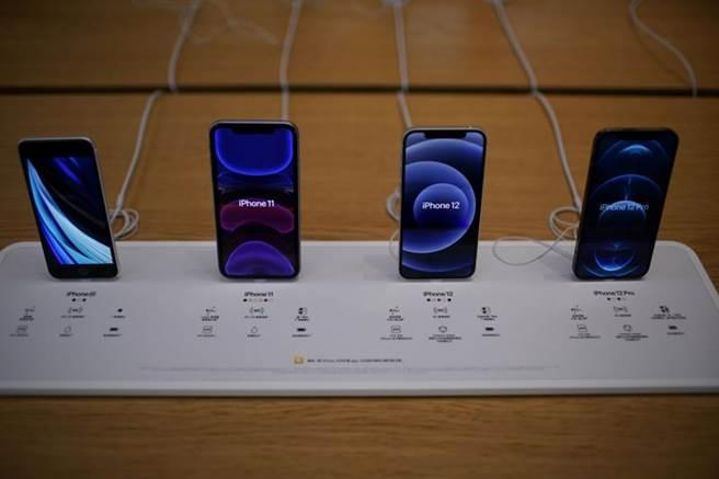 蘋果4季度iPhone12系列成功推動下,以9010萬台的出貨量創下最高紀錄,並重返季度榜首。但全年出貨量仍以三星居冠。(圖/路透)