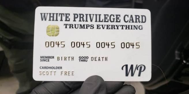 伊恩·羅傑斯的模擬信用卡,上面寫著白人至上(圖/聯邦司法部)