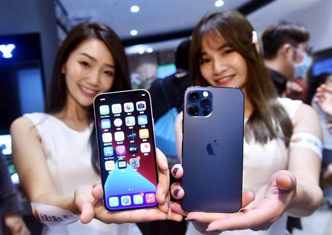 目前世界上大多數地區正處於某種形式的閉鎖狀態,但智慧手機的銷售已率先反彈,未來需求將持續增長。圖為iPhone12上市帶動智慧手機需求反彈。(圖/顏謙隆攝)