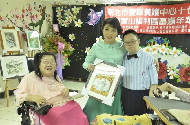簡文秀長期投入公益活動,圖為她參加八里愛維教養院17周年慶。(億光文化基金會提供)