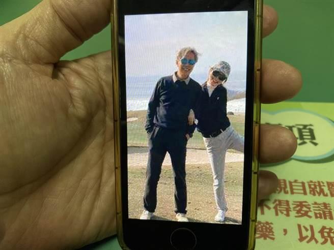 黃重彥拿起手機秀出哥哥黃芳彥的生活照。(圖/馮惠宜翻攝)