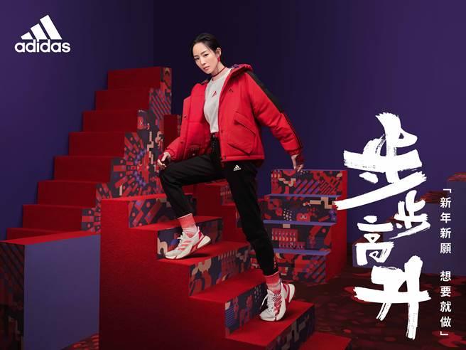 運動女神張鈞甯動感演繹由美麗孔雀,及代表祝福的如意融入系列設計的adidas新春系列。(圖/品牌提供)