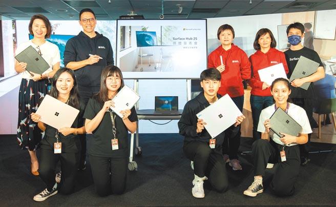 台湾微软Surface事业部产品行销经理陈思帆、台湾微软Surface事业部副总经理周文英、台湾微软总经理孙基康、台湾微软公关副总经理陈宜珈合影。图/业者提供