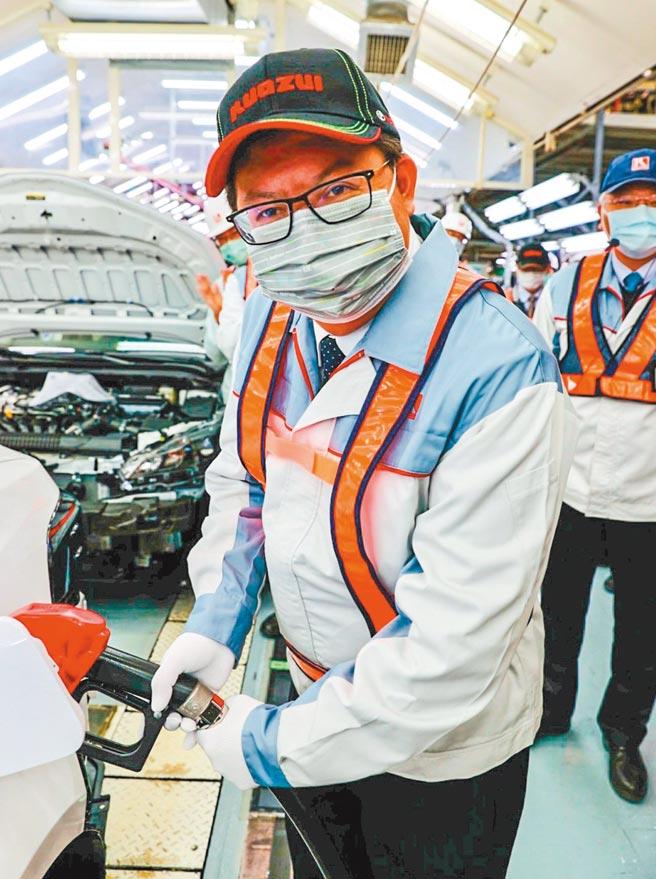 鄭文燦市長親自為組裝完成車輛加油,象徵為國瑞加油。圖/業者提供