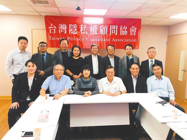 甫卸下WITSA主席的邱月香(左三),回锅担任台湾隐私权顾问协会理事长,未来将推动台湾资讯安全。图/台湾隐私权顾问协会提供