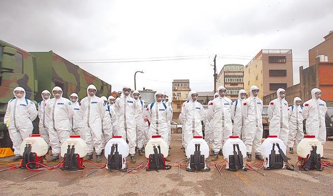 桃園醫院群聚感染造成地方居民恐慌,陸軍化學兵與桃園市環保局27日派人前往大竹地區,聯手執行大規模環境消毒作業。(范揚光攝)