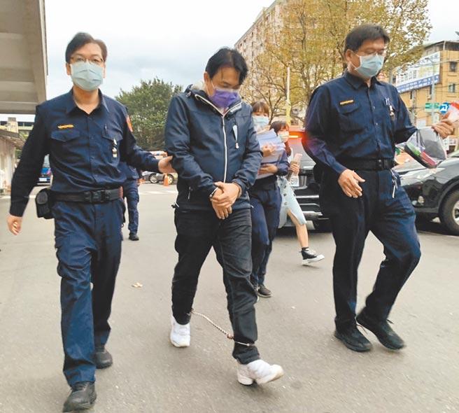 国民党籍新北市议员曾焕嘉(中)涉嫌诈领助理费27日被声押禁见,初估金额逾百万元。(中央社)