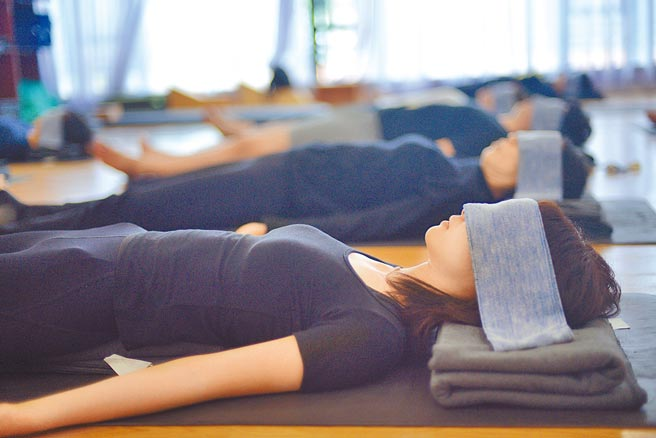 中國睡眠研究會調查了大陸居民睡眠狀況,結果發現,即便睡覺時間變長了,但睡眠品質普遍下降,今年疫情再起,情勢恐怕難以樂觀。圖為廣州一家瑜珈館的睡眠課。(中新社)