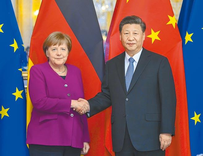 德国总理梅克尔26日(当地时间)在瑞士达沃斯世界经济论坛演讲时表示,她认同中国国家主席习近平呼吁多边主义的演讲,反对欧洲在中国、美国之间选边站。图为习近平在巴黎会见德国总理梅克尔。(新华社)