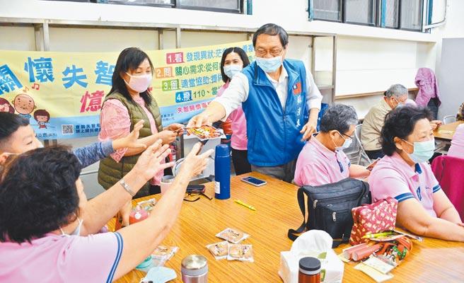 前立委苏清泉(站立蓝衣)到社区发送暖暖包,更松口再战2022,争取乡亲认同。(林和生摄)