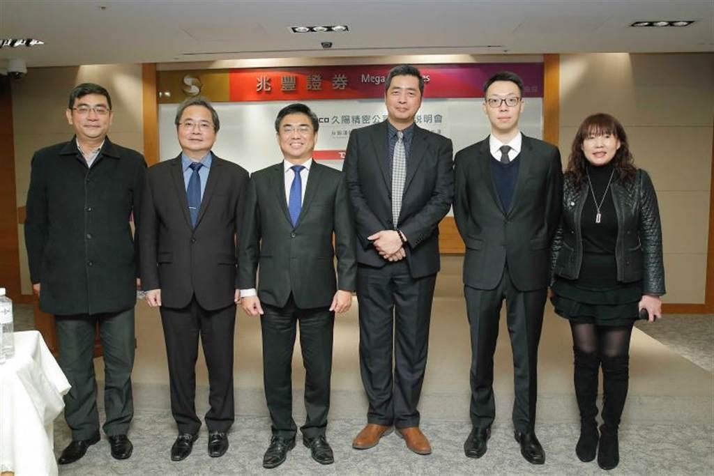 榮福總經理張耿榕(左三)、副總經理李豐順(左二)。(攝影/黃耀徵)