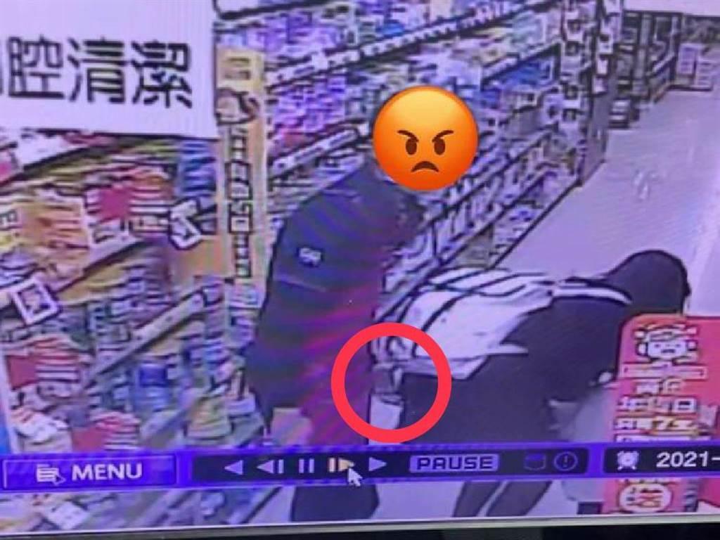 女副店長辯稱男店員「走過去手滑到,他走路習慣這樣」。(照片/翻攝 任姓網友臉書)
