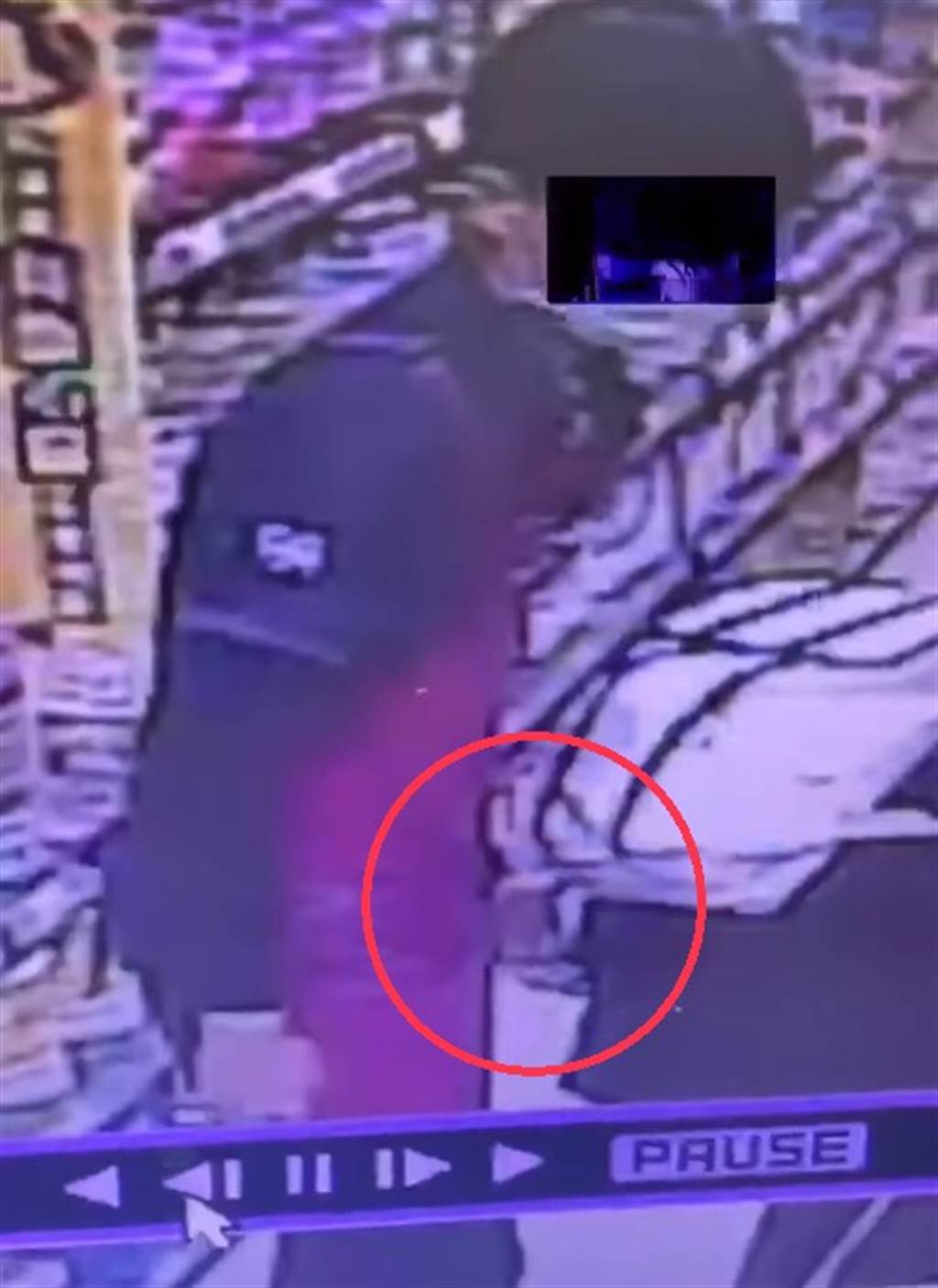 男店員疑趁女客人彎腰拿商品時,伸手偷摸右臀。(照片/翻攝 任姓網友臉書)