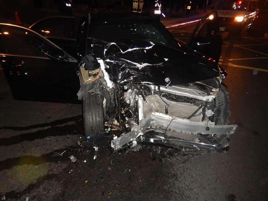 宾士车追撞厢型车车尾,宾士车头全毁,安全气囊全部炸开。(民眾提供/卢金足台中传真)