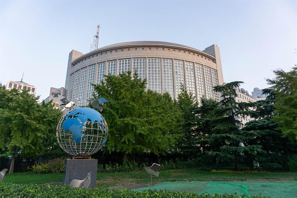 中國外交部副部長樂玉成昨天以相互尊重、撥亂反正、重開合作、責任承擔等4個英文字母R開頭的詞語,呼籲美國和中國合作。(圖/shutterstock)