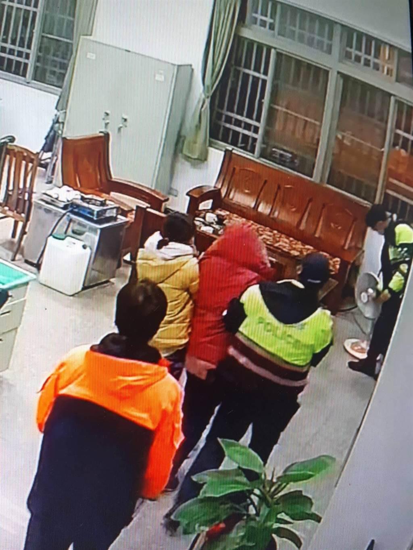 林姓婦人(紅帽者)28日晚間在武嶺高山症發作,仁愛警方協助至霧社派出所休息。(民眾提供/黃立杰南投傳真)