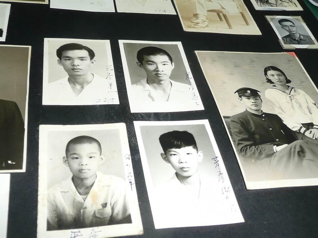 黃芳彥(左下二)和兄長一起拍下小時候的黑白照片,長大後全家五兄弟都當醫生。(資料照片 盧金足翻攝)