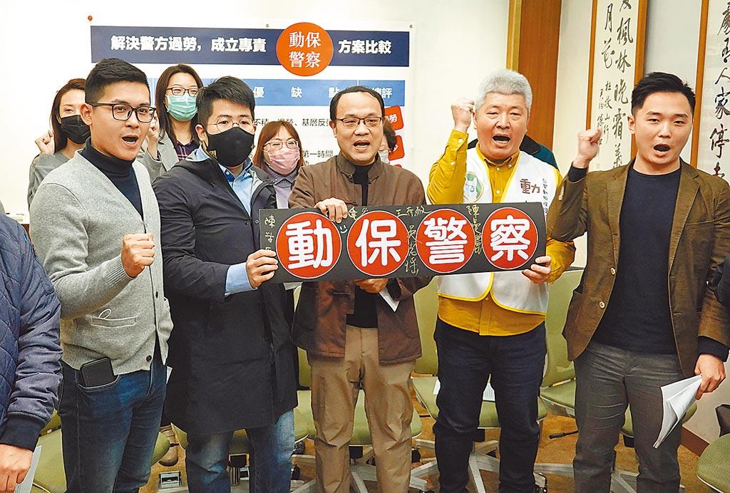 台灣動物保護行政監督聯盟祕書長何宗勳(右二)與動保團體、各黨青年代表日前舉行記者會,呼籲各界支持設置「動保警察」。(本報資料照片)