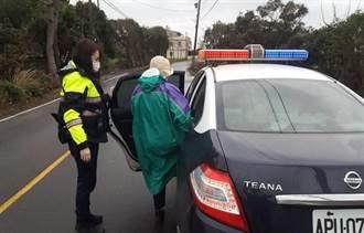 老婦拄拐杖寒風中獨行 暖警協助護送返家
