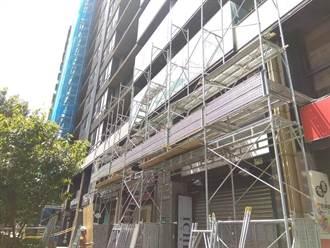 北大社區玻璃雨大樓建商拒和解 住戶搭人行雨棚自保