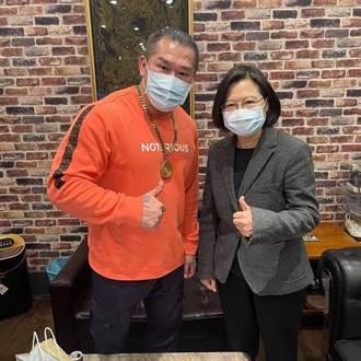 臉書PO與小英合照 館長:感謝總統探望阿館的身體
