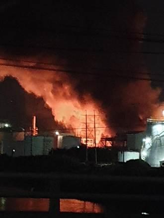 林園工業區聯成化工廠房大火 濃煙竄空染紅天際