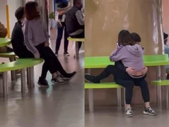 兒童新樂園驚見情侶疊坐猛抖動 勸不聽還轉向互抱 眾人看傻