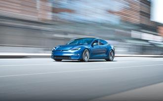 Tesla新車亮相 保時捷純電跑車更親民
