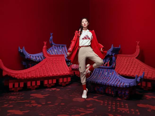 adidas代言人劉亦菲身穿正紅長版連帽外套,搭配長袖帽Tee及卡其色工裝褲。(圖/品牌提供)