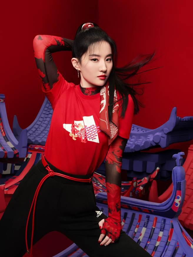劉亦菲身著紅色短袖新春LOGO上衣,整體穿搭俐落率性。(圖/品牌提供)
