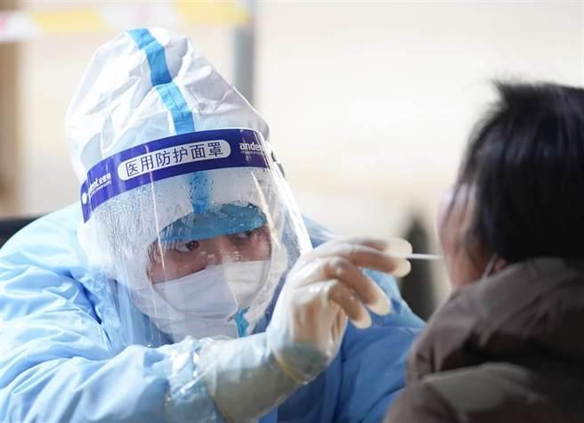 大陸多省下調核酸檢測費,四川貴州降至每次80人幣以下。(新華社)