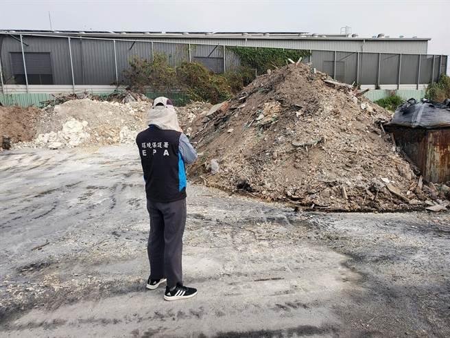 台南市學甲區一家木業工廠,被稽查發現違反空汙法及廢棄物清理法將開單告發。(環保局提供/洪榮志台南報導)