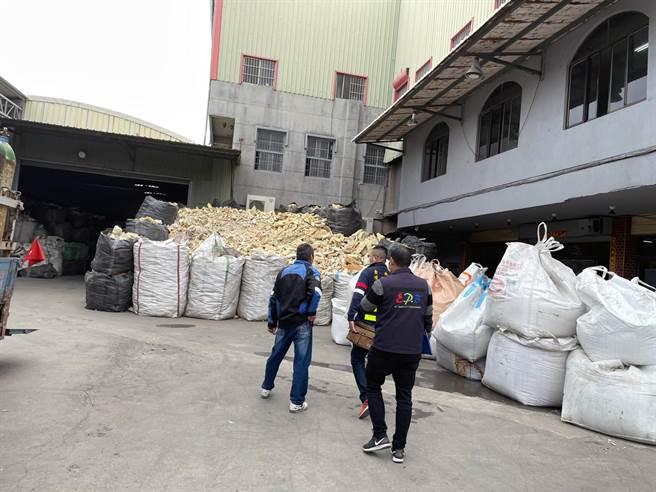 台南市關廟區一家廢塑膠再利用工廠,被稽查人員發現行政作業違規依法可處罰款6000至300萬元。(環保局提供/洪榮志台南報導)