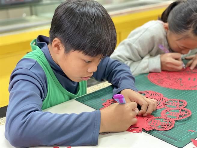 志學國小學生們也參考雙喜做出「囍」字窗花、也有學生參考古代剪紙圖樣,設計出富有春節氣息的剪紙造型窗花。(志學國小提供/羅亦晽花蓮傳真)