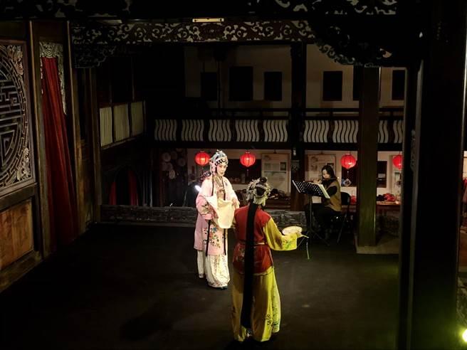 在大花廳戲台前欣賞經典崑曲牡丹亭,樂聲悠揚迴盪。(參山處提供/王文吉台中傳真)
