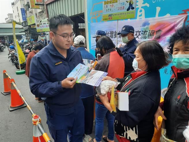 清水警分局在現場進行犯罪預防及交通安全宣導。(清水警分局提供/陳淑娥台中傳真)