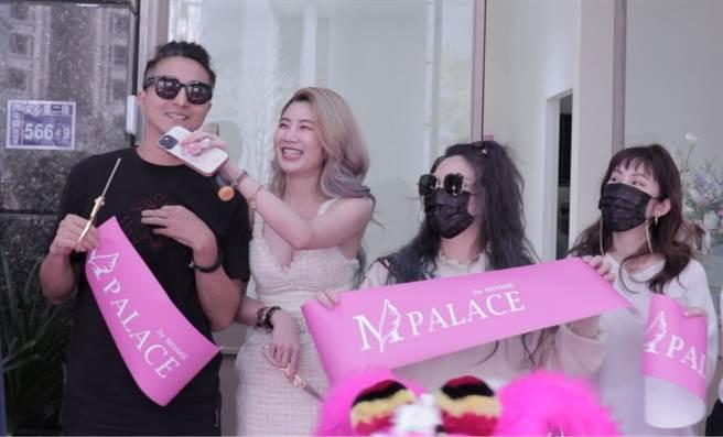 王紹偉、王宇婕、和綜藝女星小甜甜(張可昀)等有多年交情的藝人好友們大力相挺前來參加剪綵儀式。(「M palace」提供)