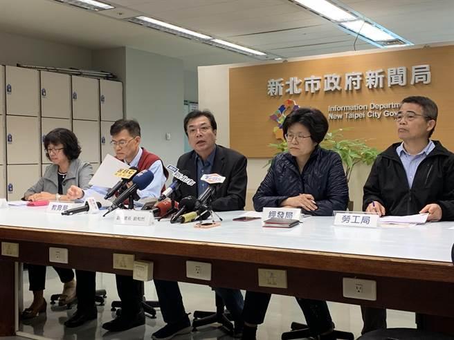 新北市副秘書長劉和然(中)統籌防疫有功,今接掌新北市副市長一職。(許哲瑗攝)