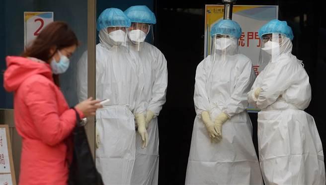 圖為桃園醫院的戶外診療站,護理人員準備為民眾採檢。(資料照/范揚光攝)