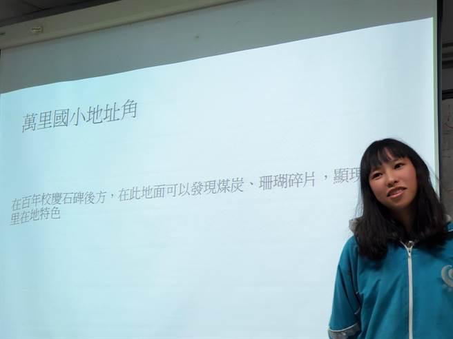 「網紅導覽社」學生邱婉琳表現優秀,獲衛生所邀請將拍攝畫展導覽紀錄片。(萬里國中提供)