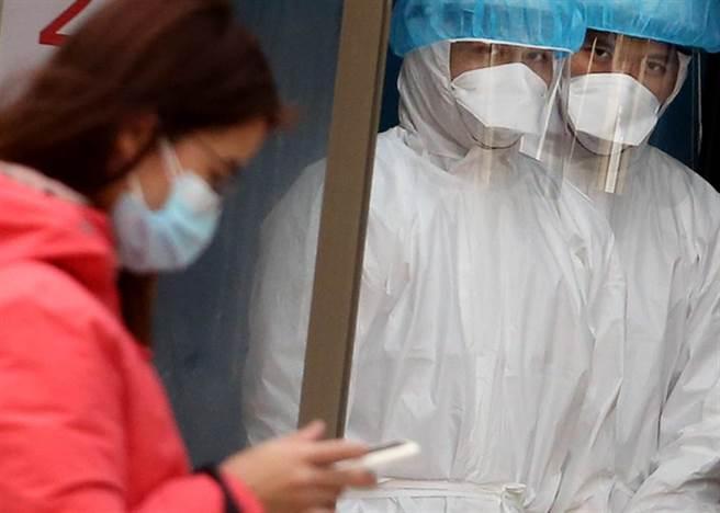 在桃園醫院的戶外診療站,護理人員準備為民眾採檢。(范揚光攝)