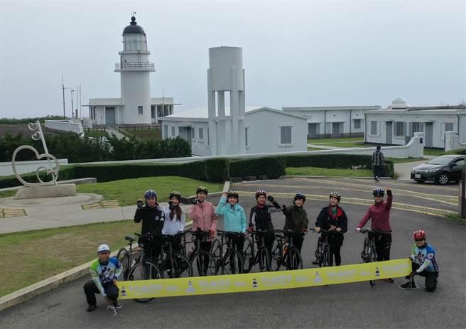 8位新北女力代表挑战从极东三貂角灯塔至极北富贵角灯塔的双塔旅游。(新北市观旅局提供)