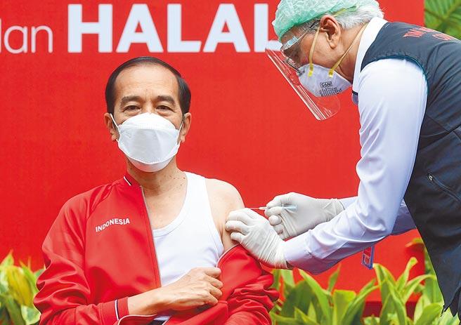 對於大陸疫苗,前衛生署長楊志良表示,只要有效就是好疫苗。圖為印尼總統佐科(左)27日公開接種第二劑大陸製新冠疫苗。(新華社)