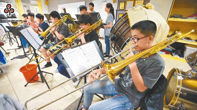 許多高中生積極準備全國學生表演藝術類競賽,但因為新冠肺炎疫情延燒,只辦個人賽。(本報資料照片)