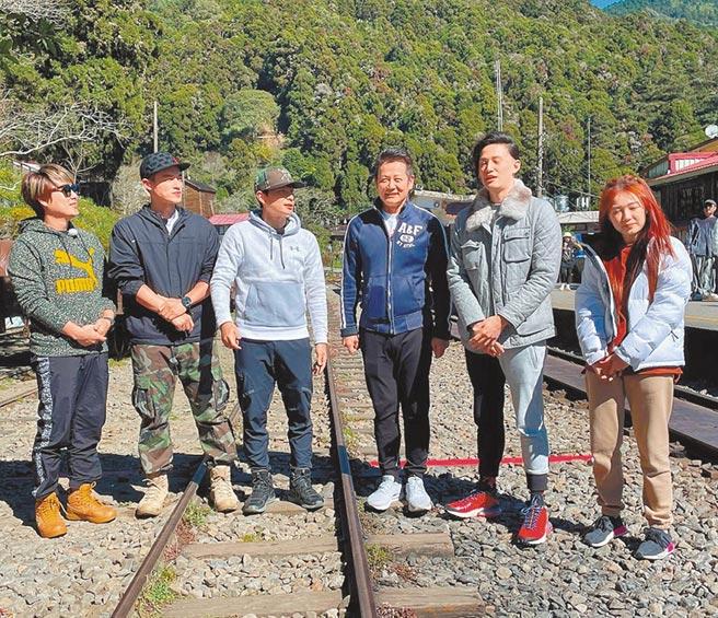 王仁甫(左起)、許孟哲、孫協志、徐乃麟、徐新洋與丫頭近日一起錄《飢餓遊戲》。(中視提供)