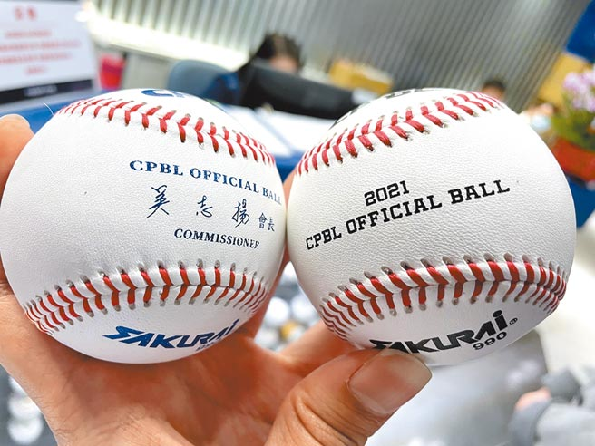 中職32年的比賽用球(右)經過檢測後,恢復係數確實比去年的比賽用球低。(資料照/毛琬婷攝)