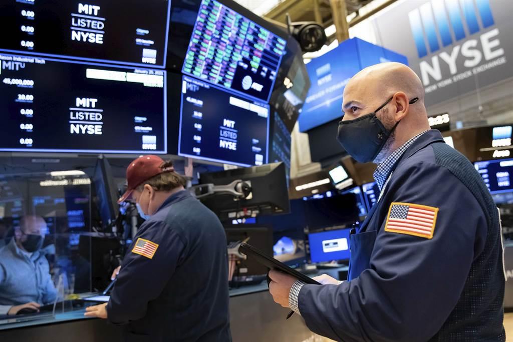大批散戶今天在網路券商鬆綁投資限制後搶進飆股GameStop,刺激股價飆漲68%。(圖/美聯社)