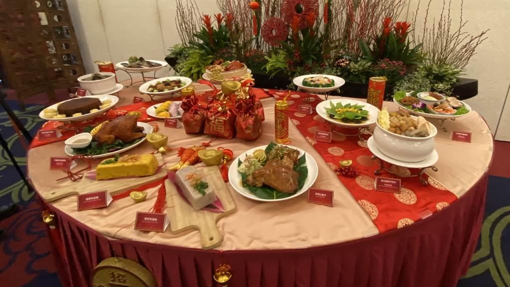 理想大地渡假飯店今年找來香港師傅李明耀,結合在地食材研發外帶年菜,推出一條只要380元「金糕」及「銀糕」。(羅亦晽攝)