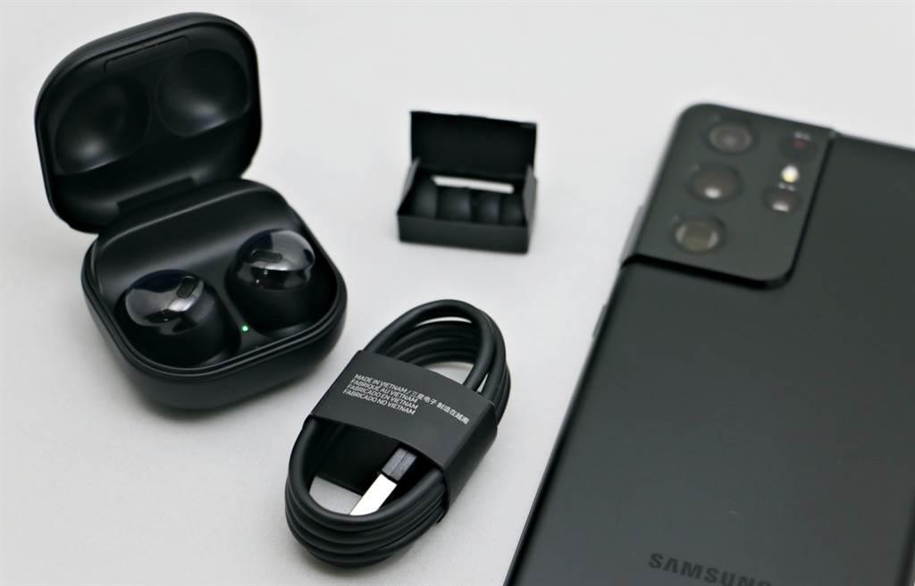 Galaxy Buds Pro內附兩組尺寸不同的耳塞(含耳機上的共3組耳塞),並附有充電線。(黃慧雯攝)